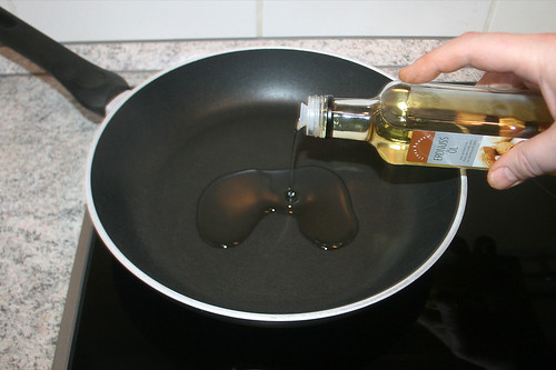 26 - Öl in Pfanne erhitzen / Heat oil in pan
