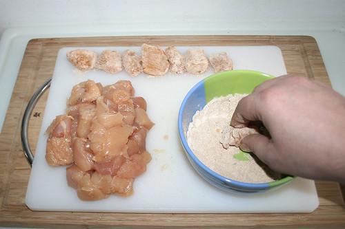 22 - Hähnchenbrust in Mischung wenden / Coat chicken breast in flour seasoning mix