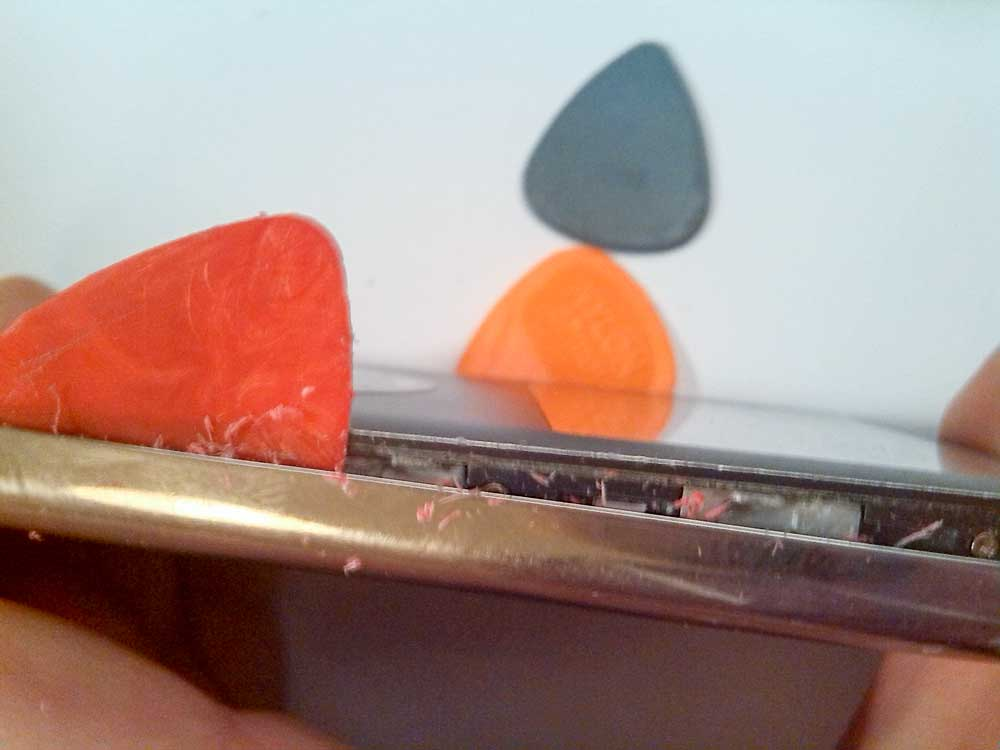 Apple-iPod-Classic-6G-6.5G-7G-7.5G-80GB-120GB-160GB-Festplatte-tauschen-2015-02-07-01.16.32-Plektron-an-der-Seite-entlang-rollen