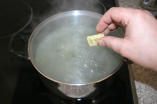 13 - Brühwürfel in Wasser geben / Put stock cube to water