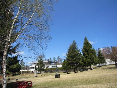彫刻公園・・・向こうに現在は閉館中のマリー・ローランサン美術館が見えます by Poran111