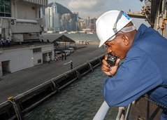 Senior Chief Boatswain's Mate Demetris Artis conducts mooring operations as USS Bonhomme Richard (LHD 6) arrives in Hong Kong. (U.S. Navy photo by Mass Communication Specialist 3rd Class Michael Achterling)