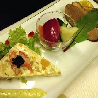 洋食 〜街の洋食屋さん〜 前菜 ・シーフードのタルタルテリーヌ仕立て ・彩り野菜のマリネ ・ローストダック 南瓜サラダ添え