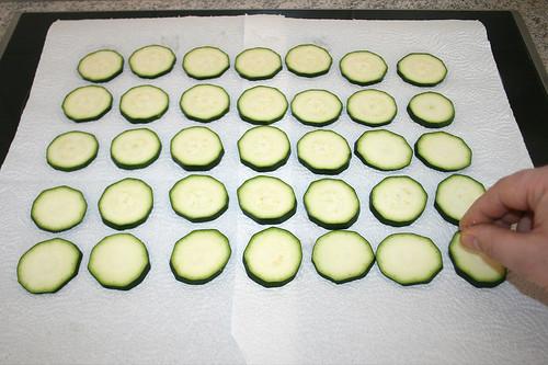 25 - Zucchinischeiben auslegen & mit Salz bestreuen / Put zucchini on display & dredge with salt