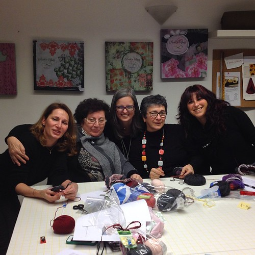 Foto di gruppo #emmafassio #emmafassioknitting #knittingfriends #knit #knitying #instaknit#ameliabefana #puntiespilli