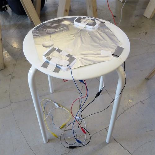 オレがつくった作品はこちら。電子回路のブーブークッション。ワークショップの会場に響き渡るオナラの音!なんか、やり切った感。