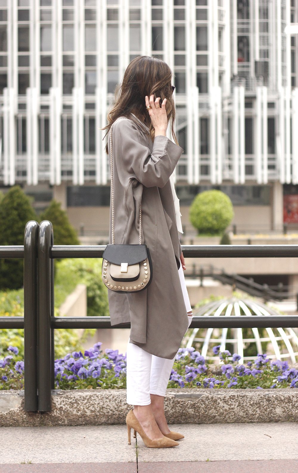 grey and white outfit trench spring streetstyle sunnies nude heels ripped jeans04