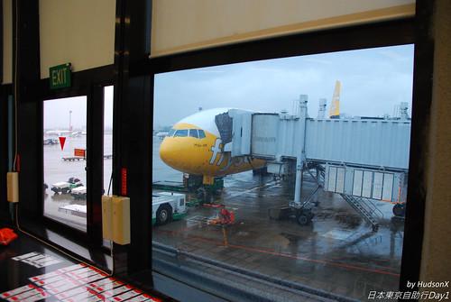 雨中的酷航班機