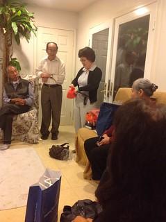 Bà giáo sĩ Đại Hàn đang giới thiệu các nhu yếu phẩm giúp cho người nghèo trong công tác truyền giáo.