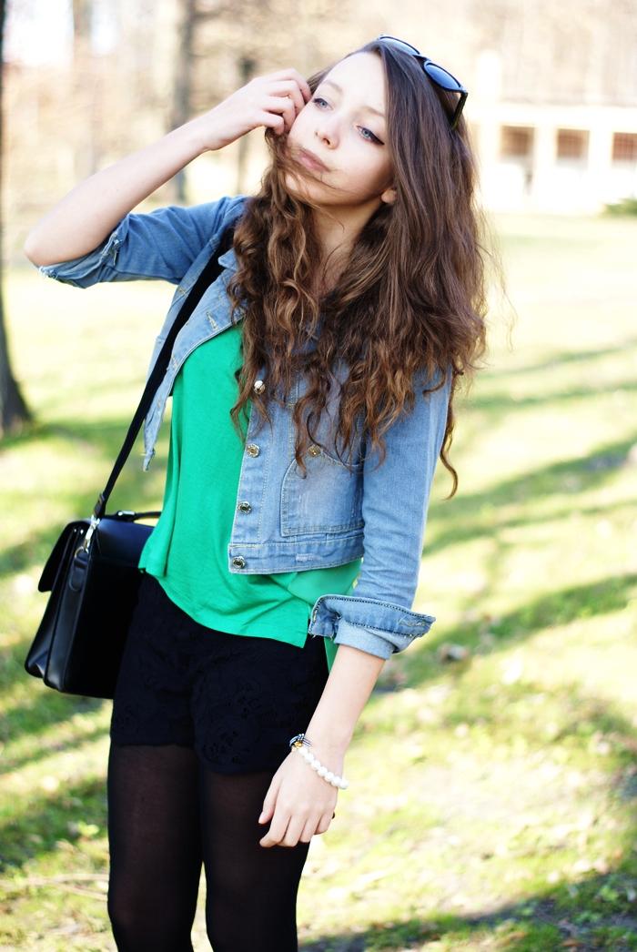 zielona asymetryczna bluzka w stylizacji z jeansową kurtką