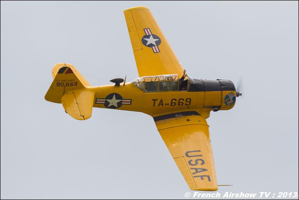 T-6 jaune AeroRetro T-669 , Meribel Air Show 2013