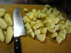 じゃがいもは皮を取り、縦半分に切って2cm厚さに切ります