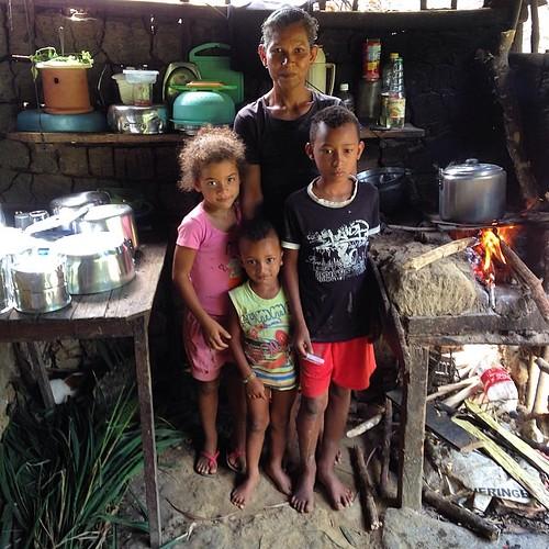 #família de #sertanejos em #una #cozinha #feijão e mais nada . #pobreza na #bahia #fotograforibeiraopreto #intrabartolo