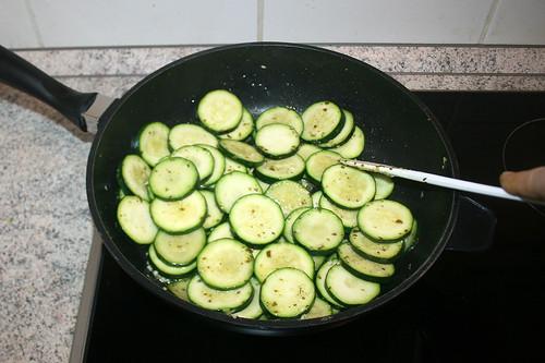 24 - Zucchinischeiben anbraten / Braise zucchini slices