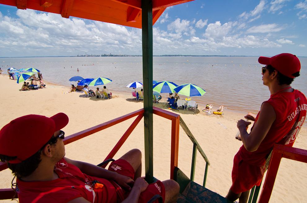 Los vigilantes de la playa Mboi Ka'e están atentos controlando que chicos y grandes no sobrepasen los límites de seguridad depositados en las aguas. De la misma forma, están alertas ante cualquier emergencia que pudiera ocurrir en el radio de cobertura de aproximadamente 200 metros. (Elton Núñez)