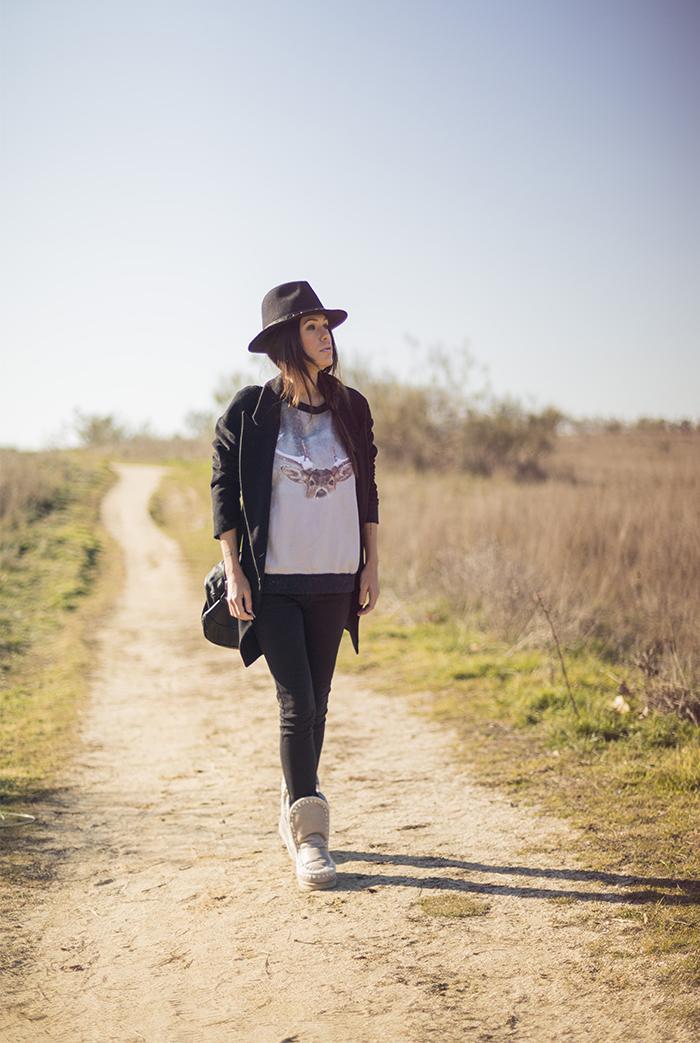 street style barbara crespo moose dear tee sweatshirt hat mow boots fashion blogger outfit blog de moda
