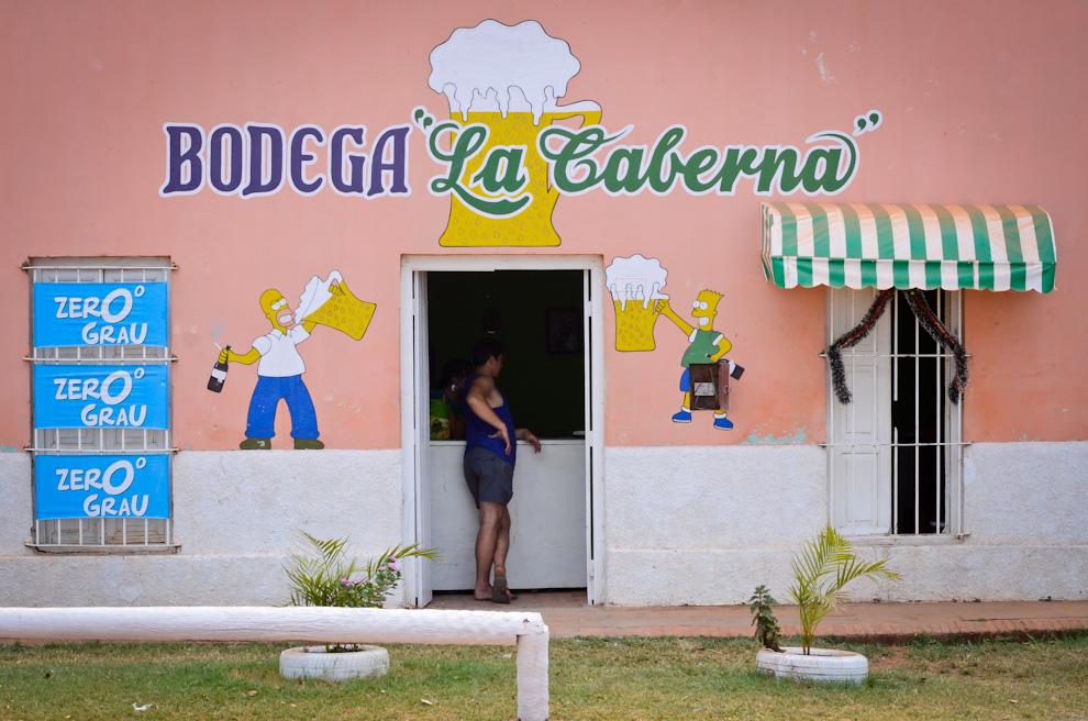 """Un ciudadano del Puerto Antequera (San Pedro) espera ser atendido en la bodega """"La Caverna"""". La ola de calor del verano paraguayo obligan a los habitantes de los pueblos a recurrir a las bodegas y almacenes para comprar una de las bebidas más consumidas en Paraguay, la cerveza. (Elton Núñez)"""