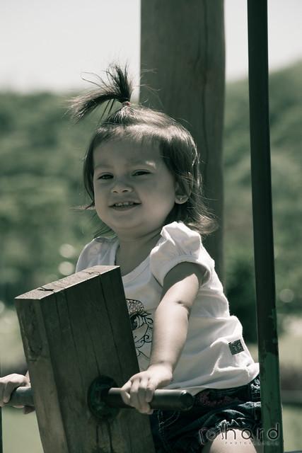 Olha ela... a pequena Laura se divertindo no parque! >>> Ative sua máquina do tempo <<< #hardphotographia #hard2016 #ativesuamaquinadotempo #fotografiaurbana #foto #fotografia #instafoto #villalobos #saopaulo #crianca #felicidade #sorriso #menina #activat