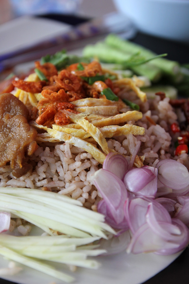khao kluk kapi (ข้าวคลุกกะปิ) - such an incredible mixture!