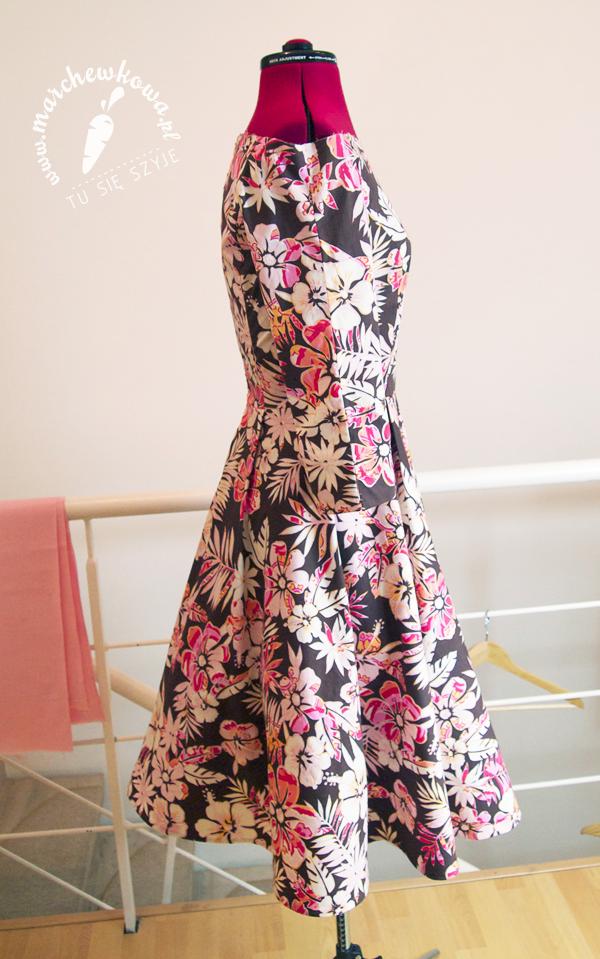 marchewkowa, szyciowy blog roku 2012, szafiarka, moda, retro, vintage, szycie, krawiectwo, suknia ślubna, sukienka, model #133, Burda 3/2013, bawełna, spódnica z połówki koła, dekolt, kwiaty, rękawy do łokci, rozcięcie