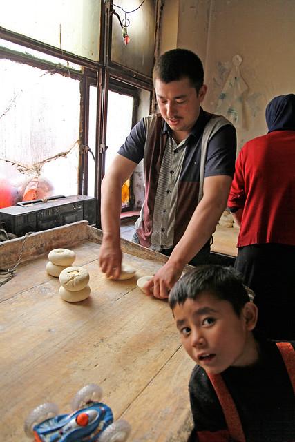 Man making nan in a bakery, Urumqi ウルムチ、ナンを作る男性
