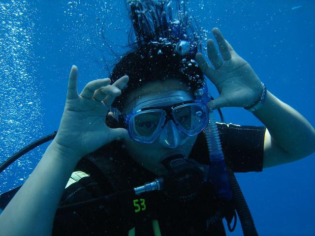 游客正在潜水