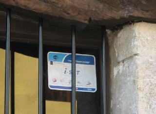 Cartel indicativo de zona wifi del proyecto i-SeTCV en la puerta de ART RUSTIC en la aldea de Anroig.