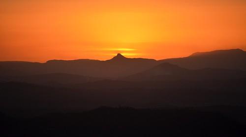 sunset silhouette landscape countryside sundown dusk australia australianlandscape sunsetclouds sequeensland greatdividingrange smokysky wilsonspeak australianmountains
