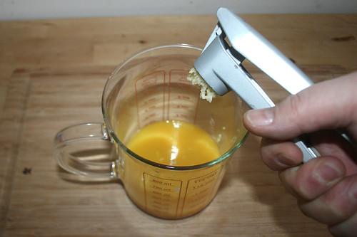 14 - Knoblauchzehe dazu pressen / Squeeze and add garlic