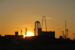 petroleum(0.0), industry(0.0), oil field(0.0), dawn(0.0), yellow(1.0), sunlight(1.0), sun(1.0), evening(1.0), electricity(1.0), morning(1.0), skyline(1.0), sky(1.0), dusk(1.0), sunset(1.0), sunrise(1.0),