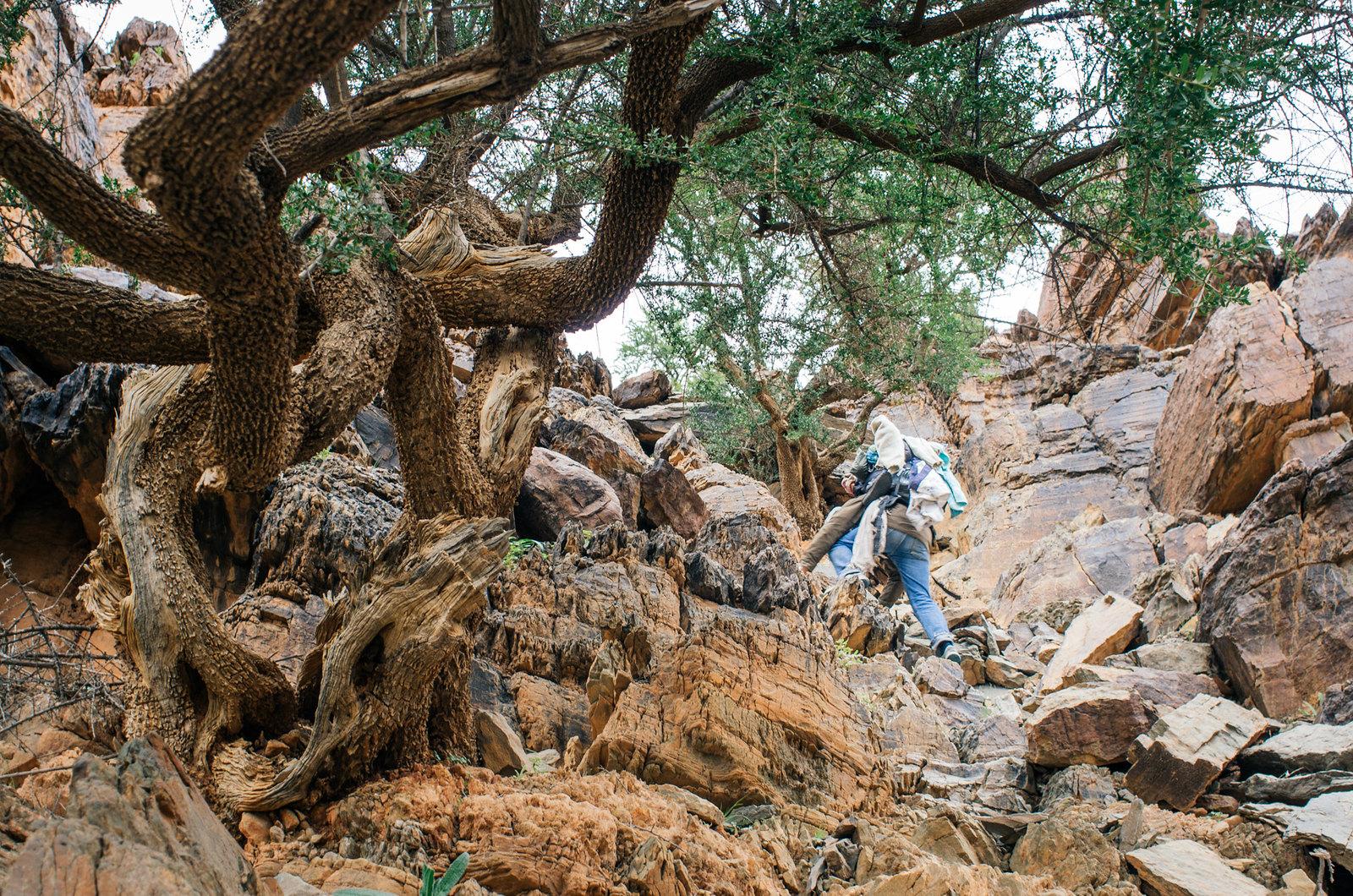 Amtoudi, anti-Atlas - 5 jours de trek au Maroc - Escalader la falaise