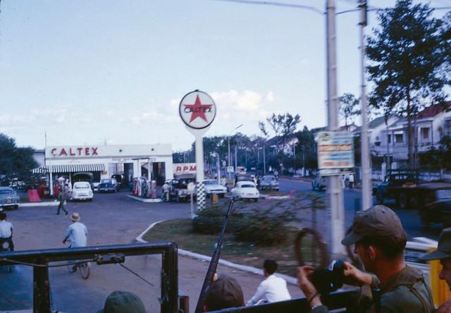SAIGON 1966 - Cây xăng CALTEX đầu đường Cách Mạng 1 Tháng 11