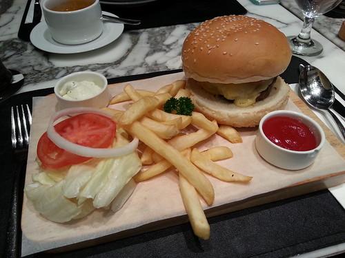 童心未泯的薯叫了漢堡set...