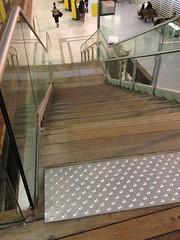 traitement handicaps, montée escalier, gare TGV (AVIGNON,FR84)