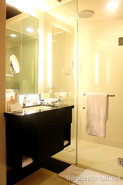 Bellevue Manila Signature Deluxe Bathroom