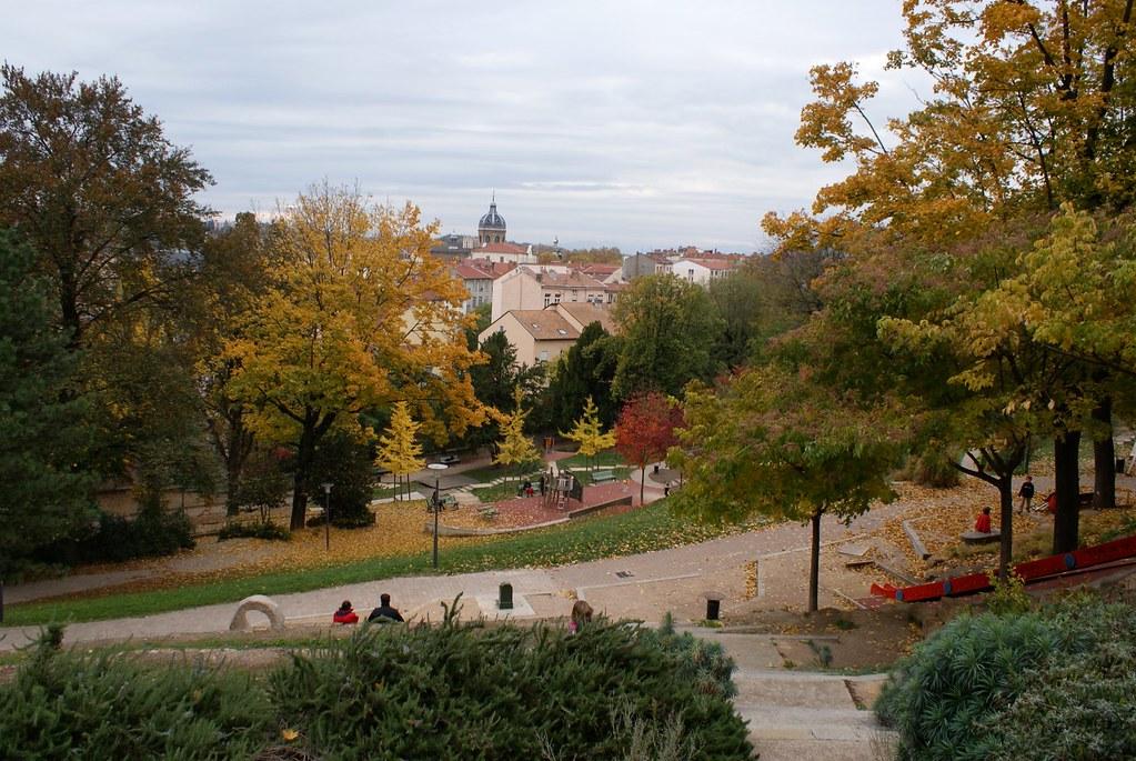 Parc Sutter à Lyon à l'automne avec dans le fond la coupole de l'église Saint Bruno.