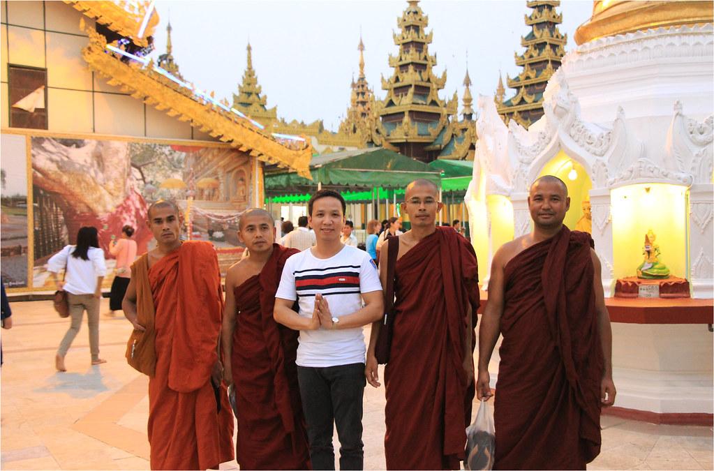 Hoang Phu and monks @ Shwedagon Pagoda