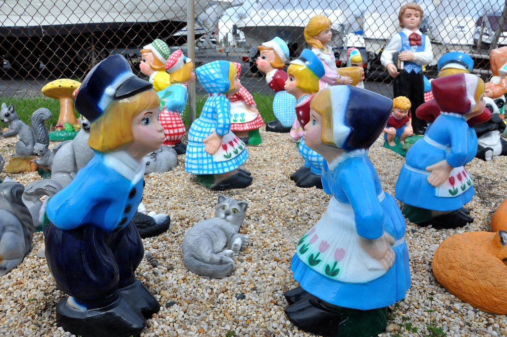 Kissing Dutch Kids - Pat's Concrete Products - White Marsh, MD - STILL OPEN! 2016!