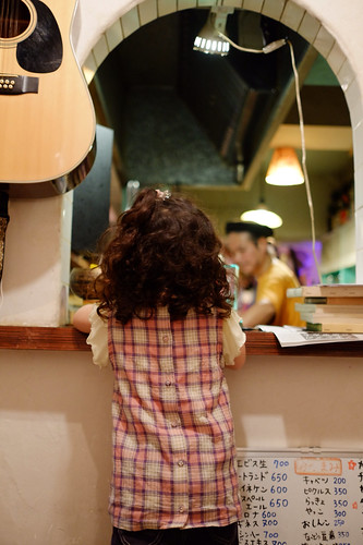 Namak Cafeで厨房のシンさんを覗き込む娘