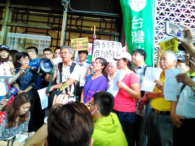 反核人士6日前往台北地檢署控告林全。照片提供:台灣環境輻射走調團召集人林瑞珠。