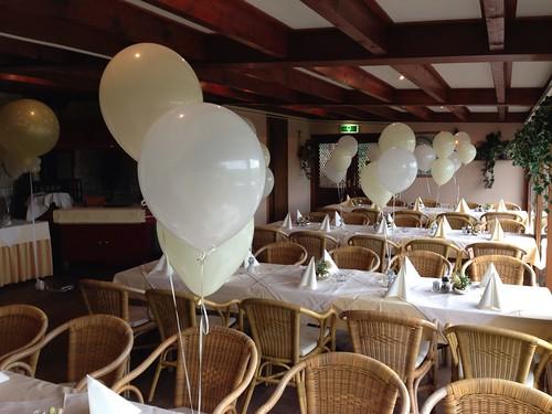 Tafeldecoratie 3ballonnen Ivoor Wit Partyfarm Steenbeek Hellevoetsluis