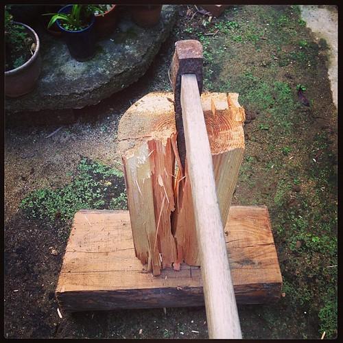 隣からもらった古材木4本割ってやった。腰が痛い.....