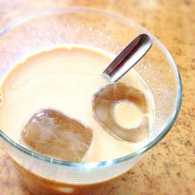 Cortado corto de café con hielo