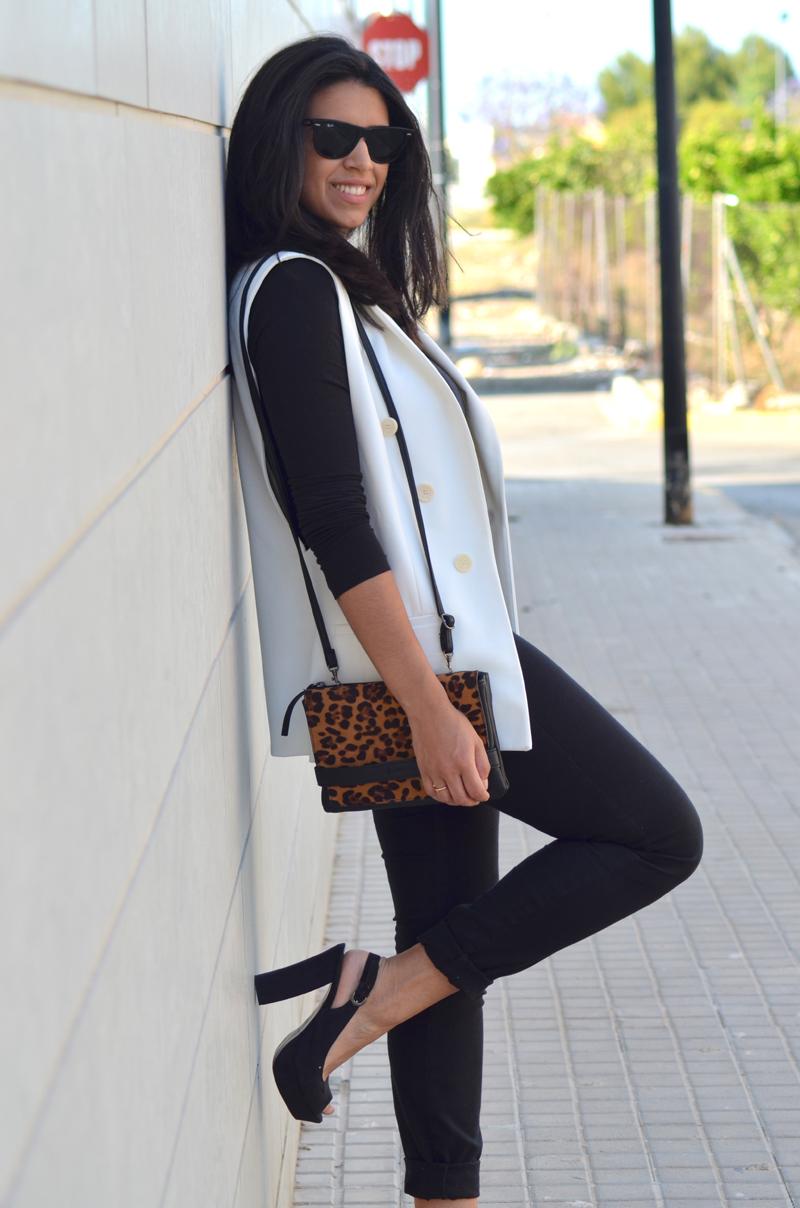 florenciablog total black look chaleco blanco como llevar chalecos leopard print stradivarius  (7)