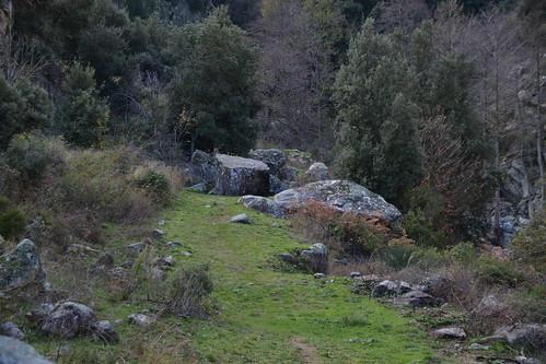 strana roccia lungo il sentiero per la Carrozzella