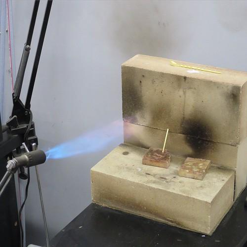 ガスと、空気量をちょうせいしつつ、真鍮を焼き鈍し。