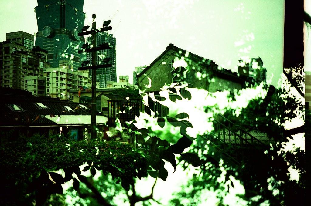 Taipei Daily etoc / Agfa CT Precisa / Lomo LC-A+ 它不是植物的綠,沒有那麼鮮豔,但也沒有墨綠色的深,該怎麼說,它就介在兩種顏色中間,眼睛可以辨識的出來,但卻找不到文字來說明。  喔!到底該怎麼形容這樣的色彩。  喔!說不出來的感受或許就像這樣的感覺。  Lomo LC-A+ Agfa CT Precisa 35mm E6 to C41 5038-0008 2016-04-24~2016-04-29 Photo by Toomore
