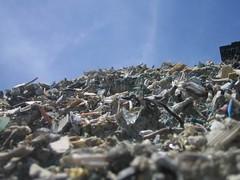 灣裡地區拆解後不要的電子廢棄物,靜靜的躺在乾淨的土地上。黃煥彰提供