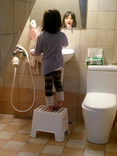 早安, 4y10m的小女生刷牙中
