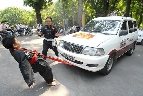 vo sinh 10 tuoi Hoang gia Khoa dang bieu dien noi cong  keo xe  o to  bang co